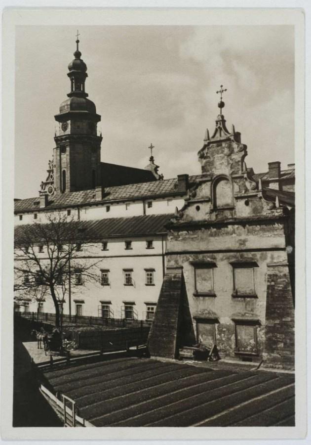 Город в подвір'ї бернардинського монастиря. Фото 1930-х рр.