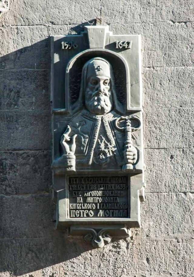 5.Зображення Петра Могили на зовнішній стіні церкви Успіння Богородиці
