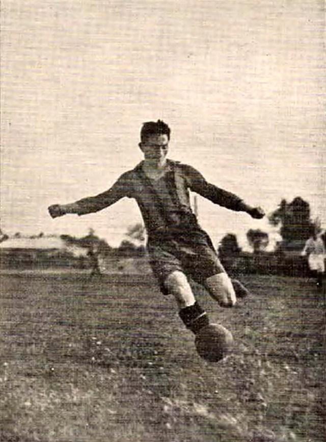 """Гарбень в атаці у своєму 3-му чемпіонському сезоні за """"Погонь"""", 1925 р."""