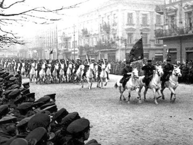 Парад радянських військ у Львові після здобуття міста у 1939 р.