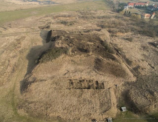 Вигляд на залишки давньоруського городища та замку в Звенигороді з висоти