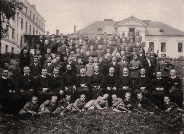 Отець Михайло Лемішка (сидить у першому ряді другий справа) серед викладачів та вихованців збоїщанського ювенату. Кінець 1920-х рр.