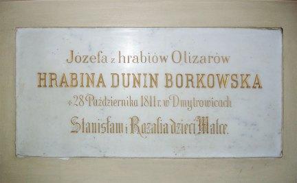 Каплиця св. Домініка зі старою іконою в новому псевдорококовому вітарі з ампіровим нагробком графині Юзефи Борковської (пом. 1811) роботи Торвальдсена.