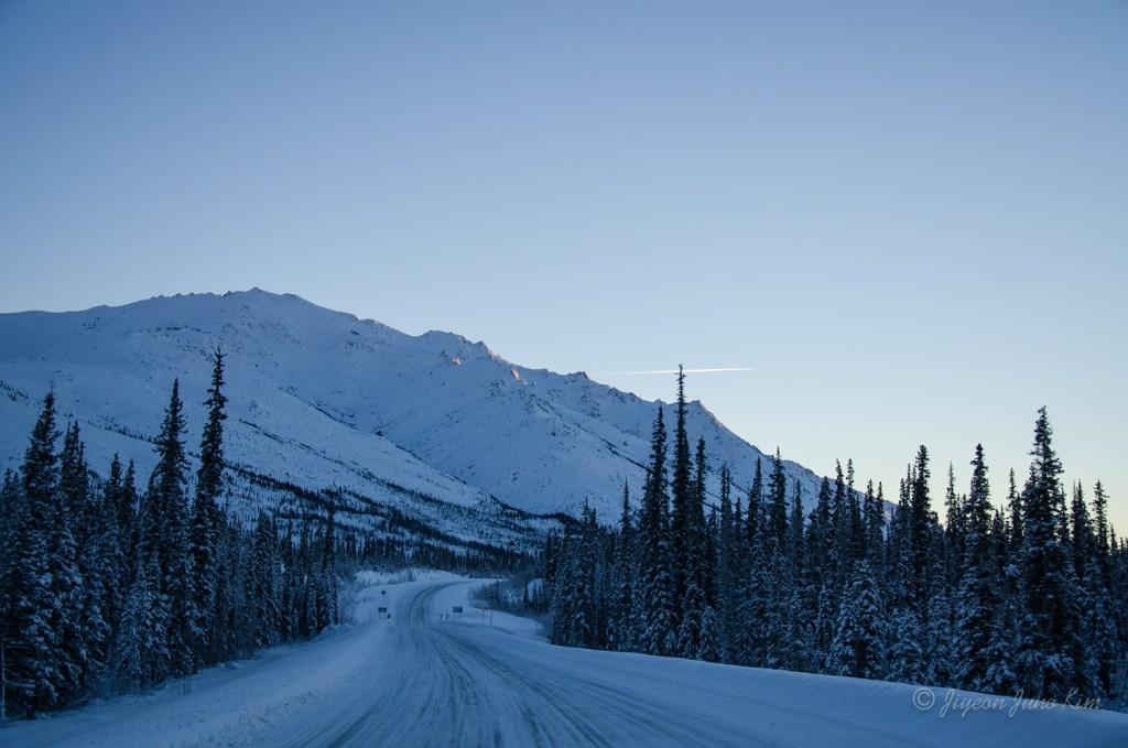 The Dalton Highway between Coldfoot and Atigun Pass