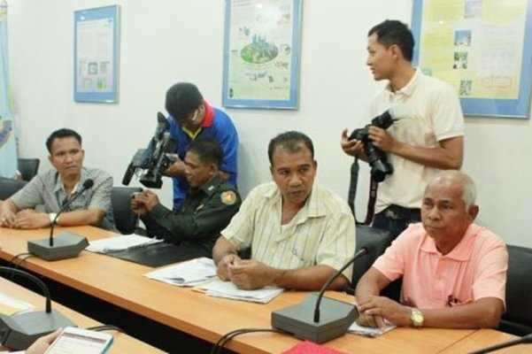 Phuket PAO meets fishermen over disputed Phuket land