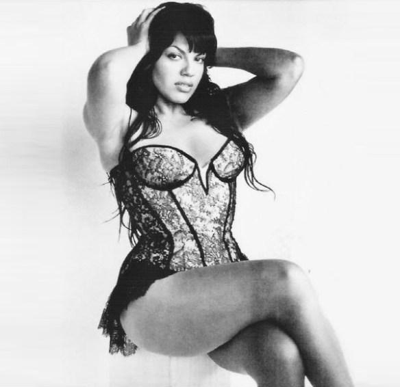 Sara-ramirez-sexy-noir-blanc-ronde