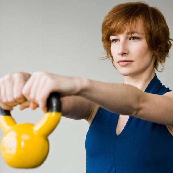 Kettlebell-Exercises-femme-fitnesse-sports