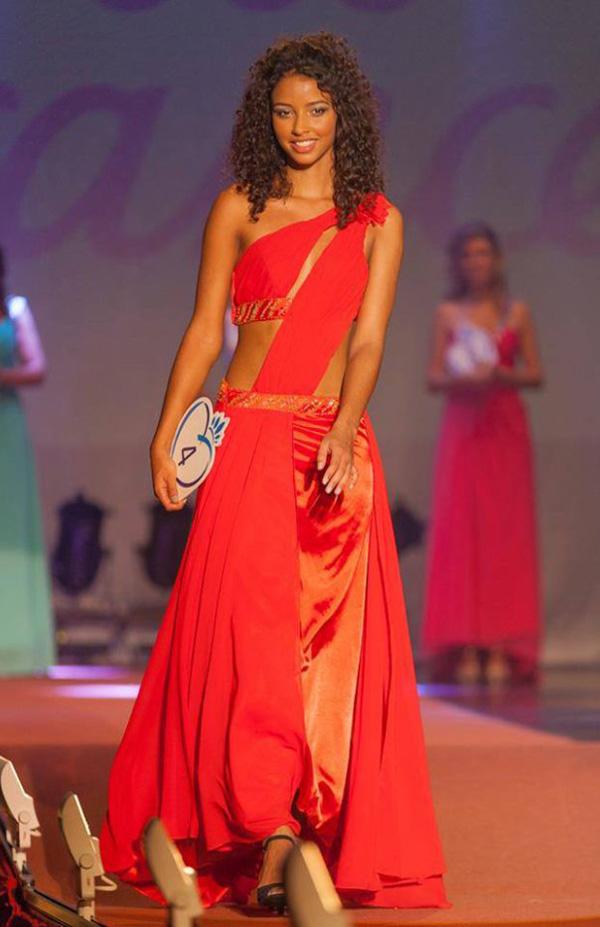 Flora-Coquerel-robe-rouge