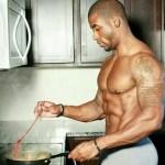 homme-noir-tatouage-cuisine