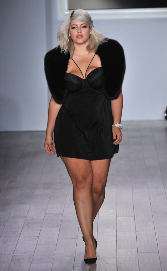 fashion-week-defiler-plus-size-model