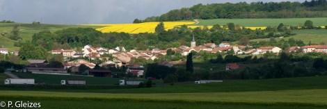 """Ancienne zone frontaliere. Autoroute A31, camions poids lourd, colline du Froidmont ou fut tue le premier soldat francais apres le debut de la guerre -----------------  Après la défaite, l'accord de paix signé à Versailles le 26 février 1871 imposa l'annexion de l'Alsace-Moselle et une nouvelle frontière entre la France et l'Allemagne. Celle-ci courait du Luxembourg à la Suisse en bouleversant les pourtours des départements de la Moselle, de la Meurthe, des Vosges et du Haut-Rhin. En Lorraine, cette ancienne frontière perdure aujourd'hui, car le département actuel de la Meurthe-et-Moselle a conservé son exact tracé. L'entretien des routes départementales incombant aux Conseils Généraux, les goudrons de revêtement routier changent souvent de couleur quand l'on passe d'un département à l'autre. Deux guerres mondiales n'auront donc pas fait disparaitre ces lignes sur la chaussée. Plus de quatre mille bornes marquées d'un numéro et des lettres D et F ont été positionnées pour jalonner la nouvelle frontière de 1871. Aujourd'hui, certaines sont toujours visibles au bord des fossés. Les lettres D (Deutschland) ont presque toutes été martelées afin de les rendre illisibles. Entre 1871 et 1945, les Alsaciens-Mosellans ont changé cinq fois de nationalités. Cela explique que sur leurs monuments aux morts, à de rares exceptions, l'on n'y lit pas l'épitaphe """"Morts pour la France"""" mais plutôt """"A nos morts"""". Comment, en effet, commémorer le souvenir de ces hommes combattant pour l'armée allemande ?"""