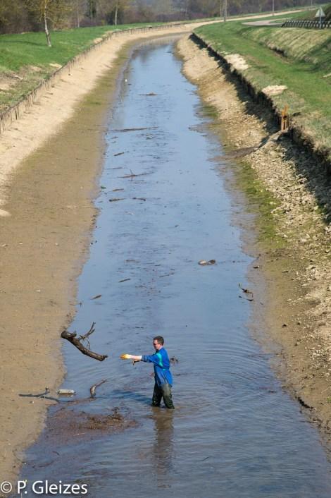 Bief vide. Debut des travaux pour colmater une fuite d'eau. Vetuste et desuetude du reseau fluvial secondaire.   Personnel VNF Voies navigables de France