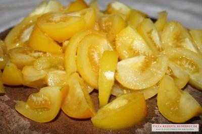 geschnittene gelbe Tomaten für Pizzasoße