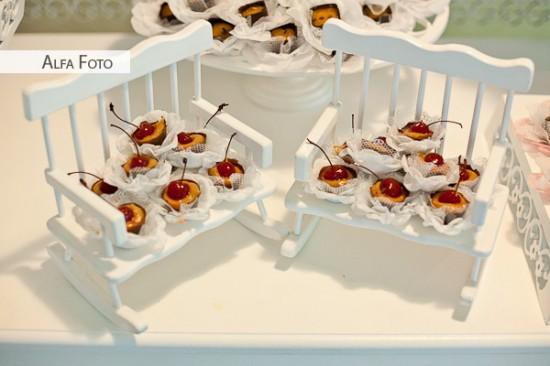Mini banco de madeira branco com docinhos de casamento com cereja. Foto: Alfa Foto.