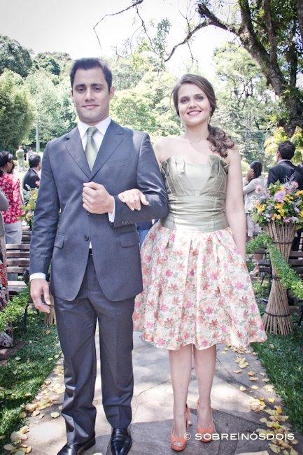 Conjunto de saia florida e corpete verde menta para madrinha de casamento no campo. Foto: Sobre Nós Dois.