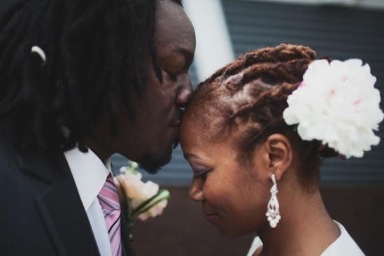 Penteado para noiva negra: rastafari com trancinhas. Foto do casamento: Luke Eshleman Photography.