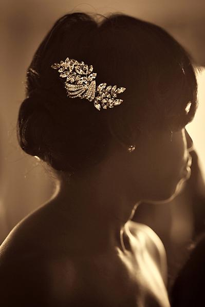 Penteado de noiva negra: coque com arranjo de brilhantes. Foto do casamento: Susan Stripling Photography.