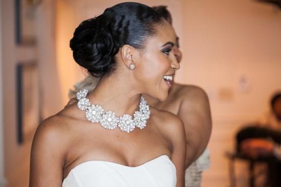 Penteado para noiva negra: coque volumoso baixo. Foto do casamento: Cendino Teme Photography.