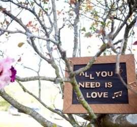 """Place de decoração de casamento """"All you need is love"""". Foto: Fernanda e Sharon."""