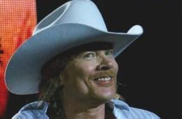 Guns N' Roses invita a sus fans en México a destruir una piñata de Donald Trump. Cusica Plus
