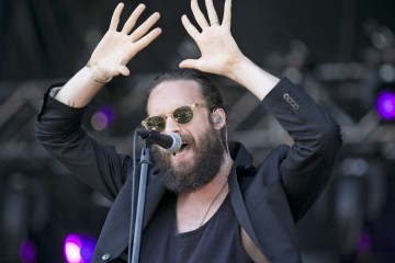 "Father John Misty revela nuevo tema de 'Pure Comedy': ""Two Wildly Different Perspective"". Cusica Plus"