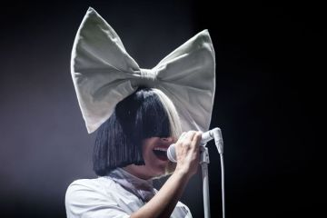 "Sia presenta el lyric video de ""Never Give Up"", su aporte al soundtrack de 'Lion'. Cusica Plus"