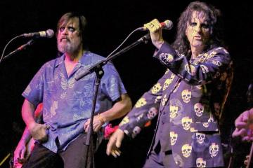 "Sin razón alguna Jim Carrey acompañó a Alice Cooper para cantar ""No More Mr. Nice Guy"" y ""School's Out"" . Cusica Plus"
