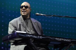 "Stevie Wonder le dedico ""Isn't She Lovely"" y ""My Cherie Amour"" a Michelle Obama en The Tonight Show. Cusica Plus"