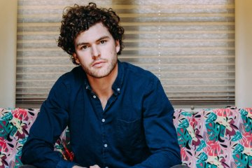 "Vance Joy estrena video ""Lay It On Me"" junto a actriz de Westworld. Cusica plus."