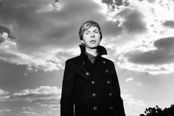 Beck le canta a la vida y le pone fecha de lanzamiento a su nuevo disco. Cusica Plus.