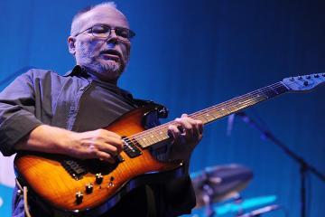 Los grandes guitarristas le rinden tributo a Walter Becker de Steely Dan. Cusica Plus.
