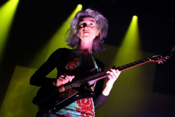 St Vincent versiona a The Clash en guitarra acústica para la BBC 1 Radio. Cusica Plus.