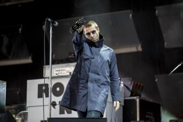 "Liam Gallagher llevó su sencillo ""Wall Of Glass"" a The Late Late Show con James Corden. Cusica Plus."