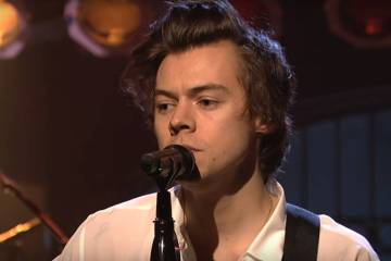 "Harry Styles interpretó en vivo ""Carolina"" de su debut como solista. Cusica Plus."
