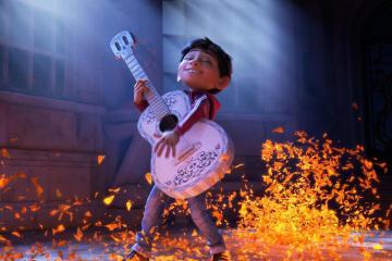 """Miguel y Natalia Lafourcade recuerdan a sus seres queridos en el video de """"Remember Me"""". Cusica Plus."""