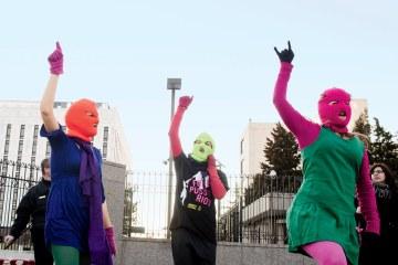Las Pussy Riot se enfrentan al control policial en su nuevo sencillo. Cusica Plus.