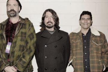 "Los miembros sobrevivientes de Nirvana se unen a tocar ""Big Me"". Cusica Plus."