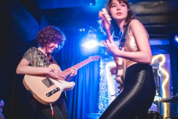 "The Regrettes muestran su lado más pop con ""Come Through"". Cusica Plus."