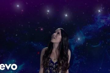 "Lolita De Sola publica videoclip de su tema ""Aquí"". Cusica Plus."