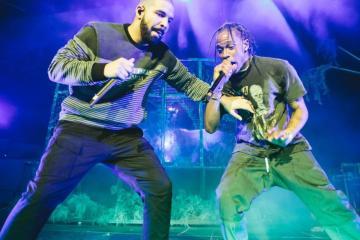 """Drake y Travis Scott se unieron para cantar en vivo """"Sicko Mode"""" por primera vez. Cusica Plus."""