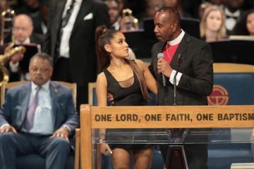 Obispo pidió disculpas a Ariana Grande por tocarla incómodamente en el funeral de Aretha Franklin. Cusica Plus.