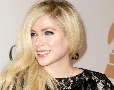 """Avril Lavigne regresa para contar su enfermedad en """"Head Above Water"""". Cusica Plus."""
