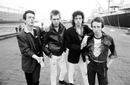 "The Clash publica una demo inédita de su tema ""This Is England"". Cusica Plus."
