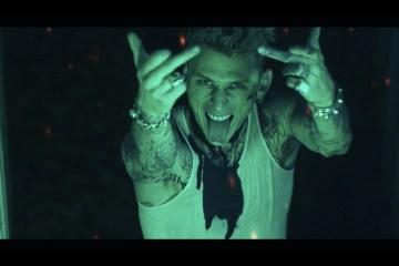 """Machine Gun Kelly cuenta sus problemas de medicación en el videoclip de """"GTS"""". Cusica Plus."""