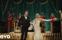 "Gwen Stefani y Blake Shelton celebran navidad con el tema ""You Make It Feel Like Christmas"". Cusica Plus."