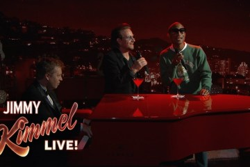"""Bono y Pharrell se unieron en el Show de Jimmy Kimmel para cantar """"Stayin' Alive"""" de los Bee Gees. Cusica Plus."""