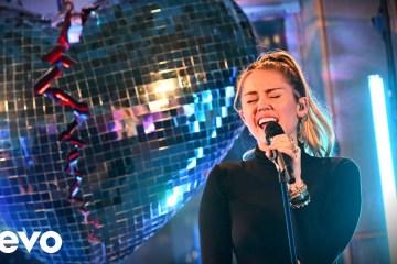 """Mark Ronson y Miley Cyrus llegaron a la BBC Radio 1 para cantar """"No Tears Left To Cry"""" de Ariana Grande. Cusica Plus."""