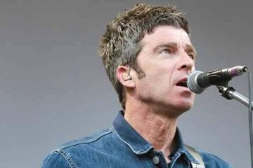 "Noel Gallagher se para entre Bowie e INXS con ""Black Star Dancing"". Cusica Plus."