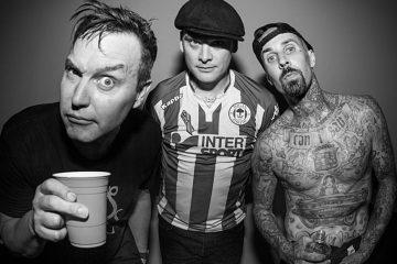 "Blink-182 comparte su nuevo tema ""Blame It On My Youth"". Cusica Plus."