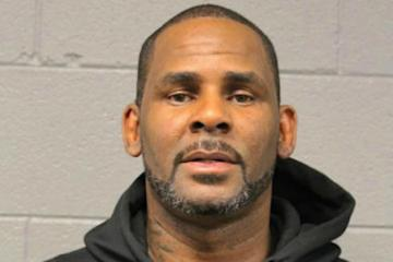 R. Kelly bajo custodia federal, hasta la fecha de su juicio. Cusica Plus.